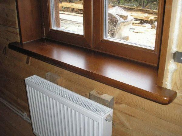 Деревянный подоконник и декорированное пластиковое окно